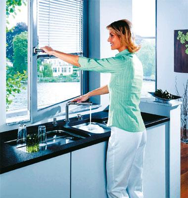 Un robinet d\'évier qui passe sous la fenêtre | Inspiration ...