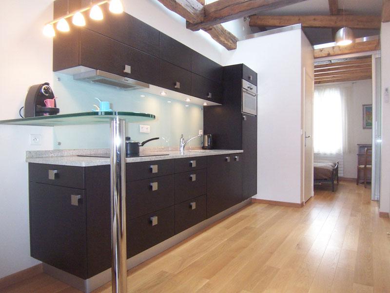 Une cuisine quip e dans un couloir inspiration cuisine - Petite cuisine equipee pas chere ...