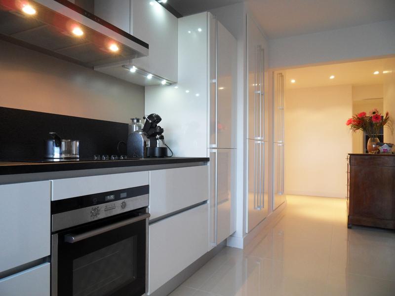 la cuisine blanche intemporelle et l gante inspiration cuisine le magazine de la cuisine. Black Bedroom Furniture Sets. Home Design Ideas