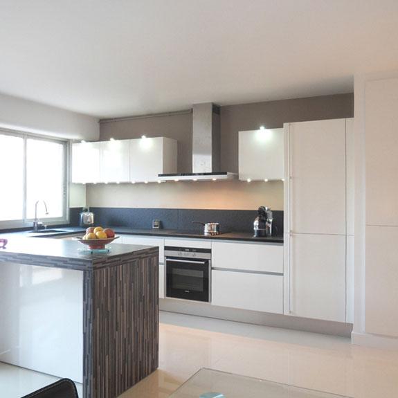 la cuisine blanche intemporelle et l gante. Black Bedroom Furniture Sets. Home Design Ideas