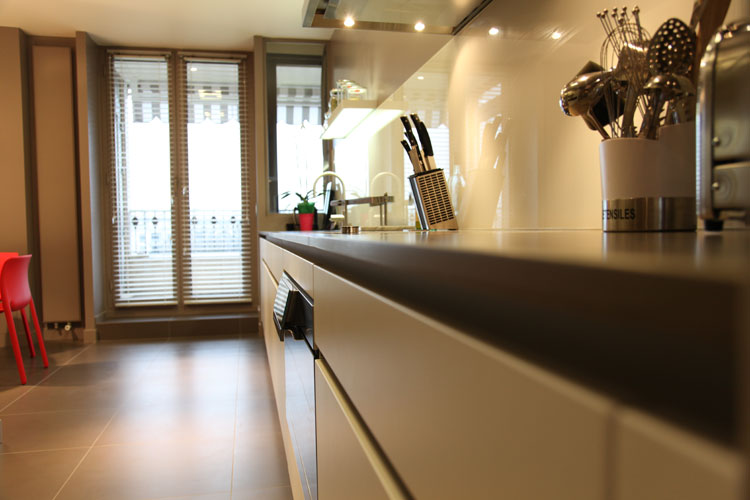 une cuisine couloir tr s design inspiration cuisine. Black Bedroom Furniture Sets. Home Design Ideas