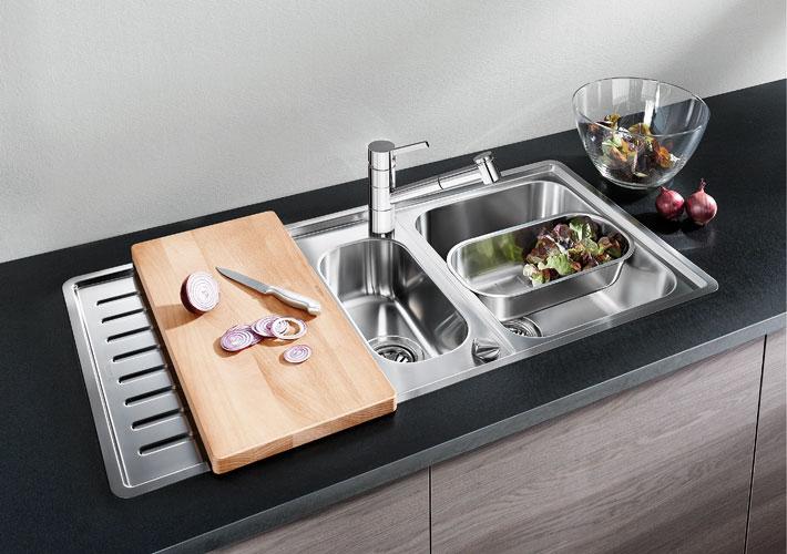 Evier et robinet du nouveau dans la cuisine Plan de travail amovible cuisine
