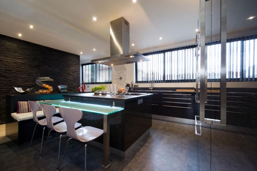 Une belle cuisine dans le salon inspiration cuisine for Grande cuisine ouverte sur salon