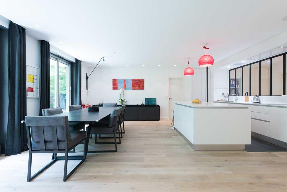 Une cuisine blanche de style industriel inspiration cuisine for Cuisine ouverte sur couloir