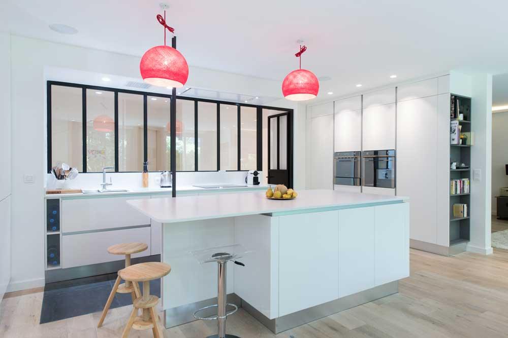 Une cuisine blanche de style industriel inspiration cuisine for Verriere blanche cuisine
