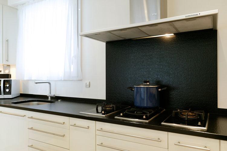Modèle Estoril de Teissa. Réalisation La Maison Teissa. Crédence en granit. Crédence de cuisine.