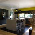 Une cuisine ouverte verdoyante